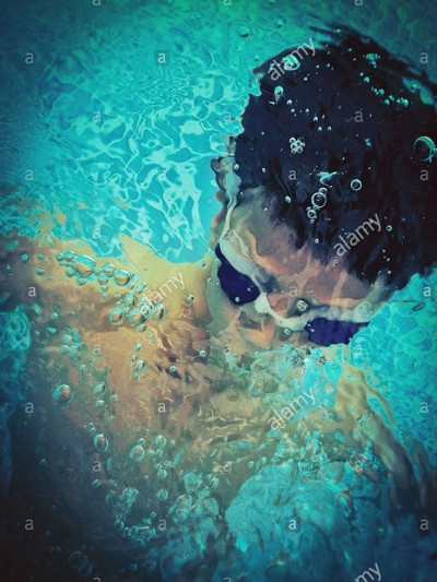 Boy playing under water in a swimming pool © Queralt Sunyer