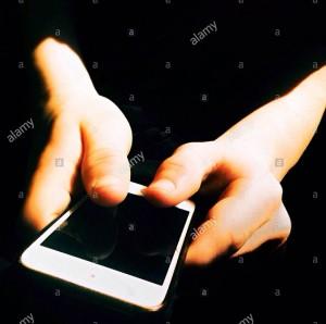 Teenager using his smartphone © Queralt Sunyer